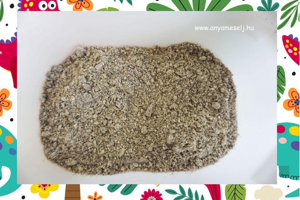 A tál aljára ragasztott dínók, eltakarva homokkal